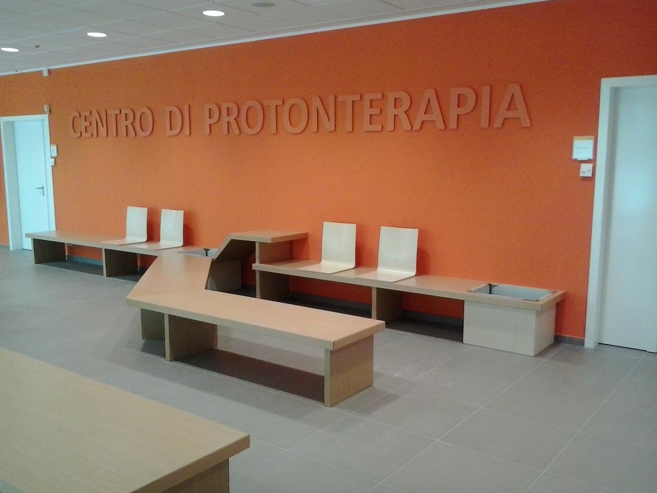 Panche e fioriera della hall del centro di protonterapia for Negozi mobili usati trento