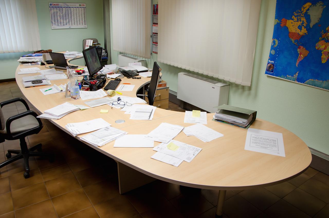 Scrivania Ufficio Immagini : Scrivania ufficio operativo per due postazioni mobili su misura