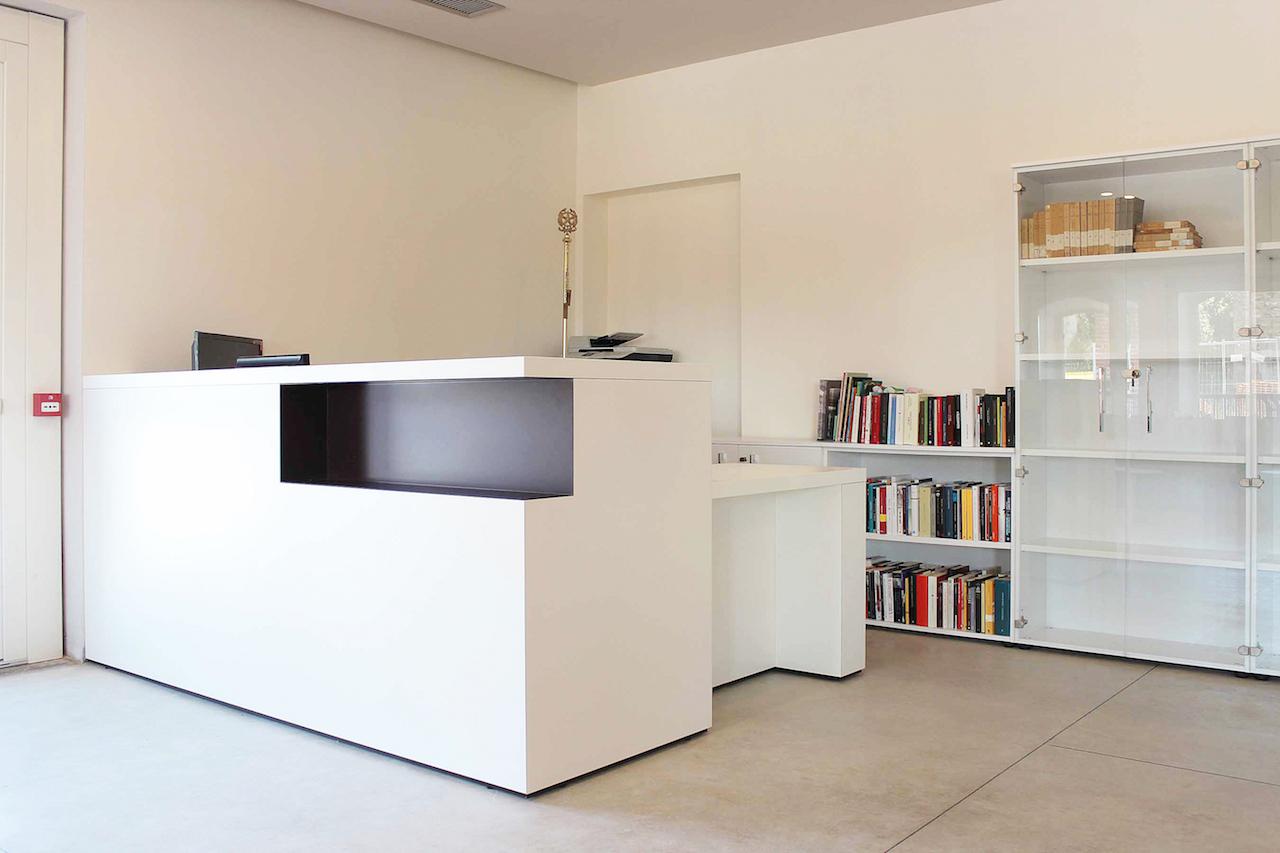 Bancone reception di una biblioteca mobili su misura minati for Banconi reception prezzi