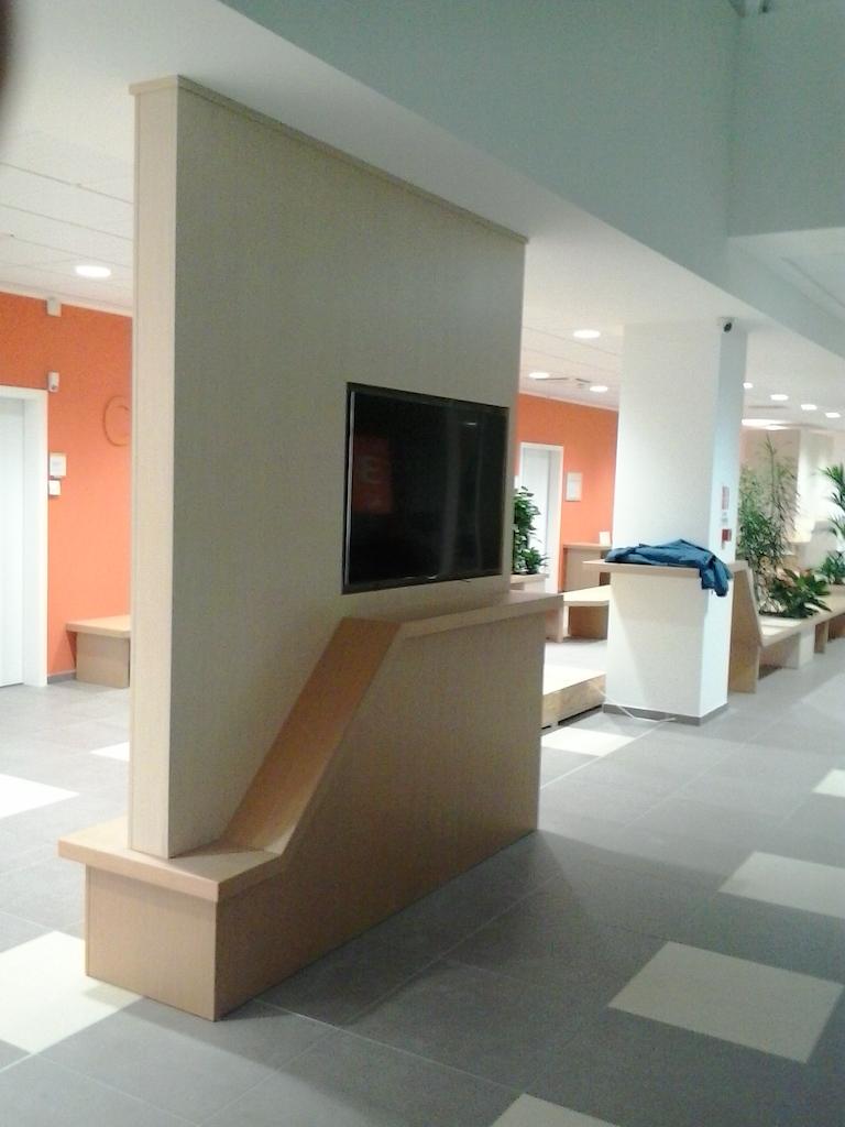 Elemento totem istituzionale del centro di for Negozi mobili usati trento