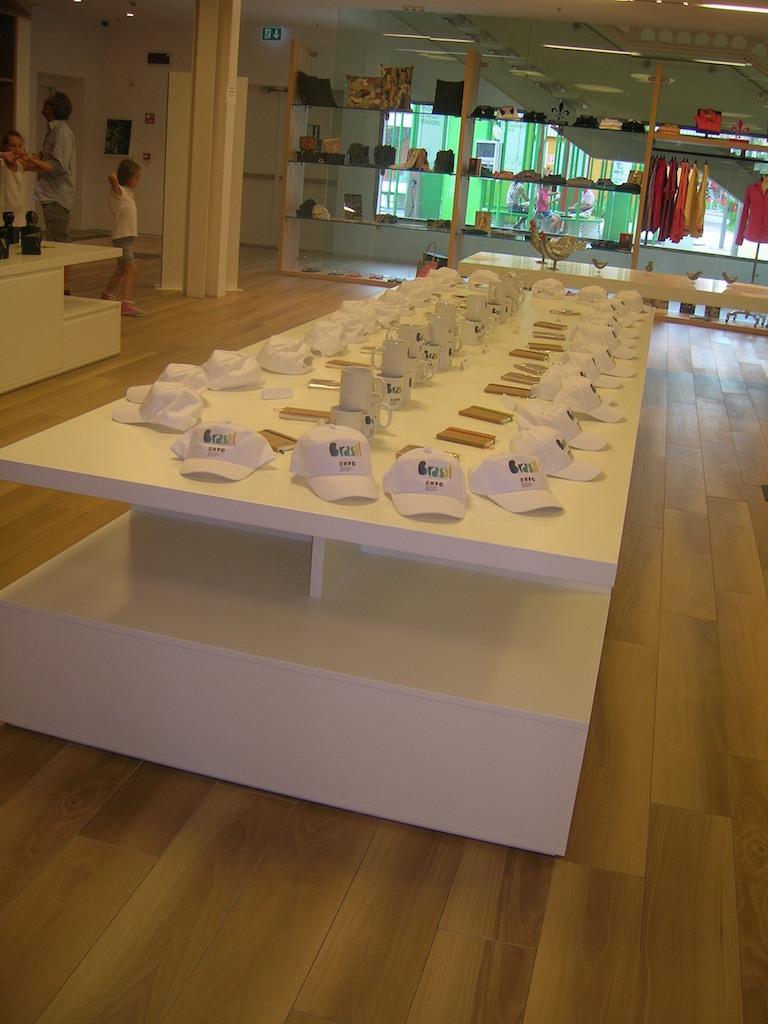 Tavoli espositivi realizzati per il padiglione del brasile for Negozi tavoli milano